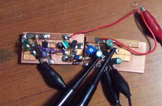 作業風景 左側が発振回路、右がアンプです。